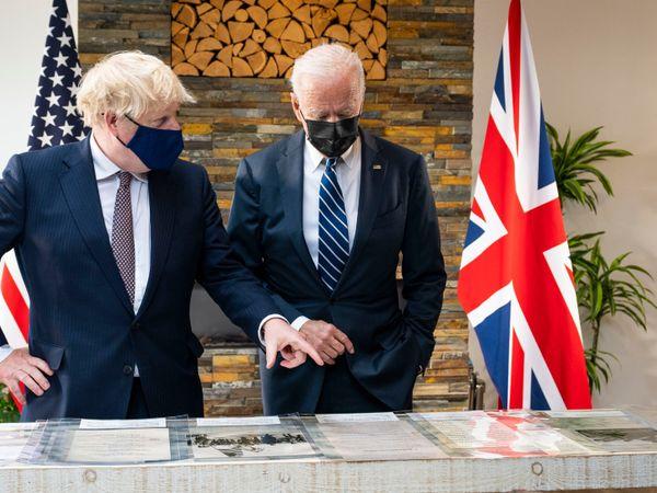 गुरुवार को बाइडेन और ब्रिटिश प्रधानमंत्री बोरिस जॉनसन के बीच 80 मिनट बातचीत हुई। इसके पहले जॉनसन ने बाइडेन को दस्तावेजों के जरिए कुछ समझाने की कोशिश की।