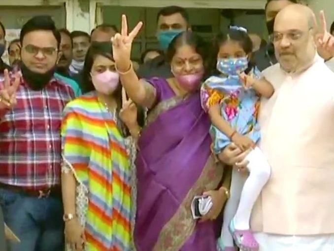 गृह मंत्री अमित शाह अहमदाबाद के नारनपुरा में पत्नी और बेटे-बहू के साथ वोट डालने पहुंचे। - Dainik Bhaskar