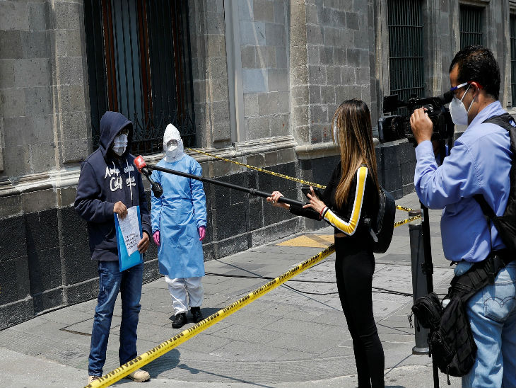 Journalists interviewing a person in New Mexico City who claimed to be infected with Corona.