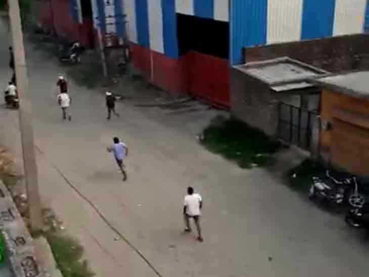 Illegal Liquor In Selling Haryana; Yamunanagar Youth Beaten Up By Contractors, Video Goes Viral   ठेकेदारों ने पहले बाइक सवार युवक को गाड़ी से टक्कर मारी, फिर दौड़ा-दौड़ाकर पीटा, फायर भी किया