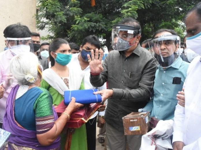पुणे के हड़पसर आकर गृह मंत्री अनिल देशमुख ने दादी को आर्थिक मदद दी थी।