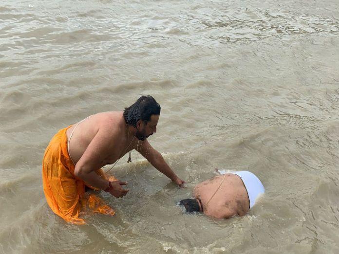 सरयू में डुबकी लगाते सुब्रत पाठक।