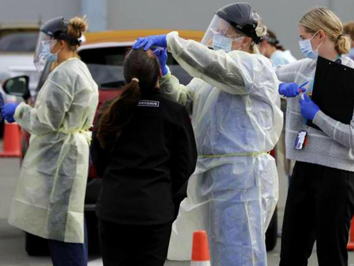 न्यूजीलैंड के वेलिंग्टन शहर में लोगों की जांच करती हेल्थ टीम। यहां संक्रमण के दूसरे दौर पर सख्ती से काबू पाया गया है। हालांकि, प्रतिबंध अगले हफ्ते तक जारी रखे जाएंगे। (फाइल)