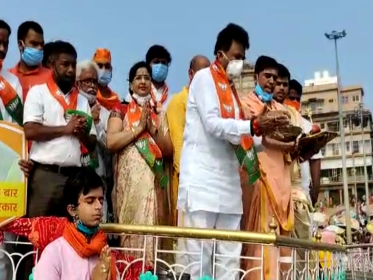 On the occasion of PM Modi's birthday, the workers offered prayers at the Ganges Ghat.