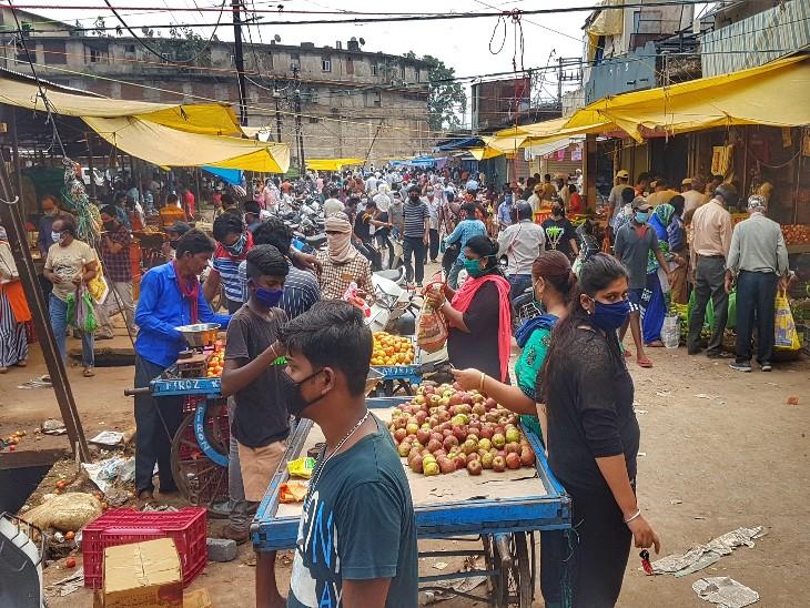 फोटो रायपुर के सब्जी बाजार की है, लोग 7 दिनों के लिए जरुरी खरीदारी करते दिखे।