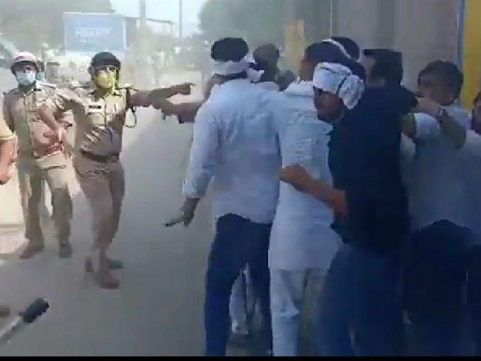 रालोद के कार्यकर्ताओं ने अपने नेता जयंत चौधरी को इस तरह लाठीचार्ज के बीच बचाया था।