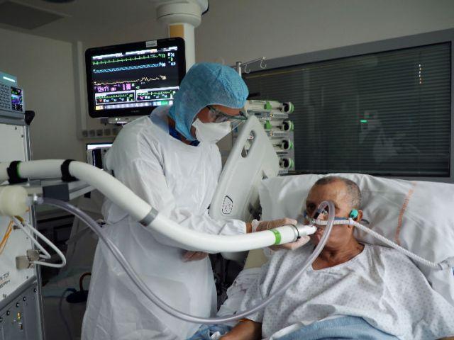 फ्रांस की राजधानी पेरिस के एक अस्पताल में अस्थिर रोगी के इलाज में जुटे डॉ।