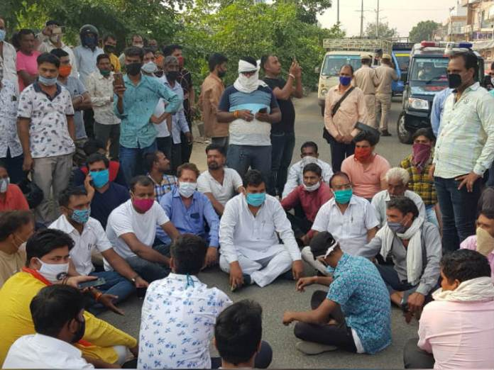 Angered by the incident, shopkeepers sat on a dharna demonstration on the road.