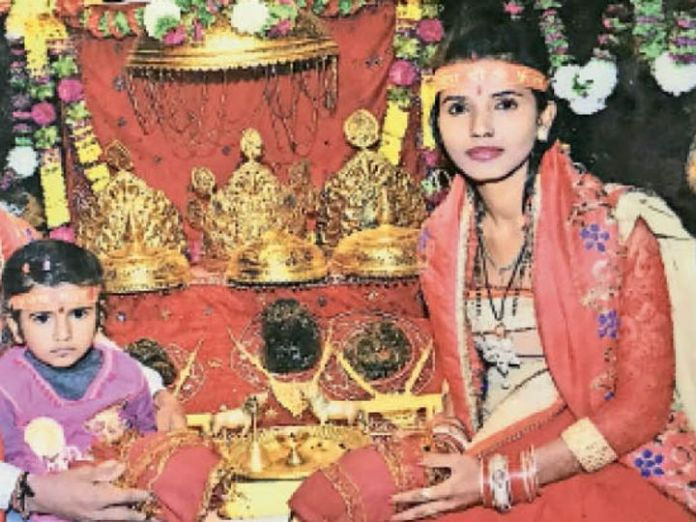 That last photo before the murder, when Priyanka first offered prayers to Mata Shailputri on Navratri.  The daughter was sitting with a mirror.  Then do not know why he killed the same daughter.