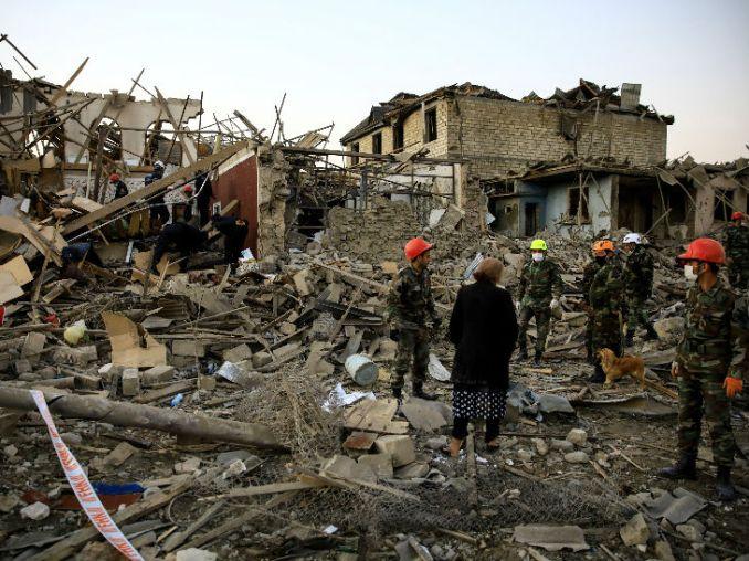 यह फोटो अजरबैजान के गांजा शहर की है। आर्मेनिया के रॉकेट हमले में इलाके में कई घर पूरी तरह ध्वस्त नजर आ रहे हैं। इस बीच रेस्क्यू टीम बचाव अभियान में जुटी है।