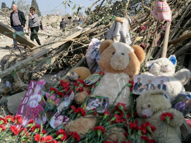 गांजा शहर में शनिवार को हुए रॉकेट हमले के बाद मरने वाले बच्चों और लोगों को याद करते हुए घटनास्थल पर टेडी बियर और तस्वीरें रखी गईं।