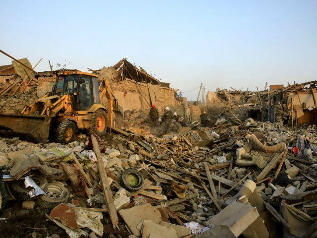अजरबैजान के गांजा शहर में रेस्क्यू में जुटे सुरक्षाबल। अजरबैजान के राष्ट्रपति इल्हाम अलीयेव ने आर्मेनिया पर आरोप लगाते हुए कहा था कि उनके हमले में हमारे दो हजार से ज्यादा घरों को नुकसान पहुंचा है।