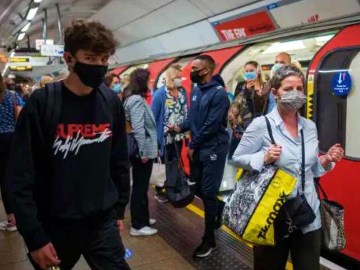 बर्लिन में एक मेट्रो स्टेशन पर मास्क लगाए यात्री। जर्मन सरकार देश में सॉफ्ट लॉकडाउन लगाने पर विचार कर रही है, लेकिन राज्य सरकारें इसका विरोध कर रही हैं।