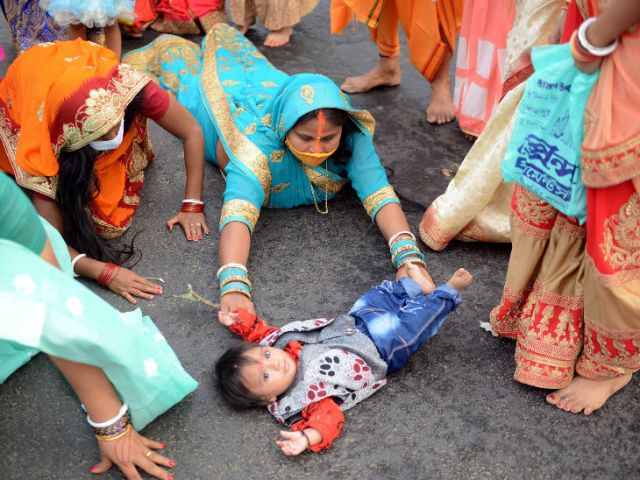 The woman who came to worship with the child at Dohi Ghat in Kolkata.