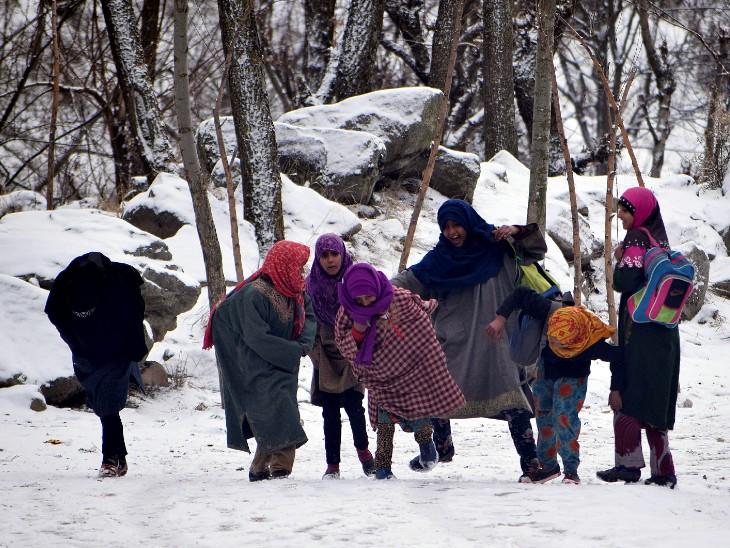 श्रीनगर में बर्फ में खेलती लड़कियां।