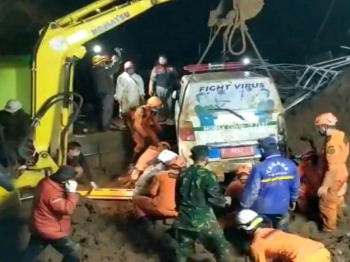 इंडोनेशिया में लगातार हादसे: तेज बारिश के बाद जावा में दो बार लैंडस्लाइड; रेस्क्यू करने पहुंची टीम भी मिट्टी में दबी, 11 की मौत