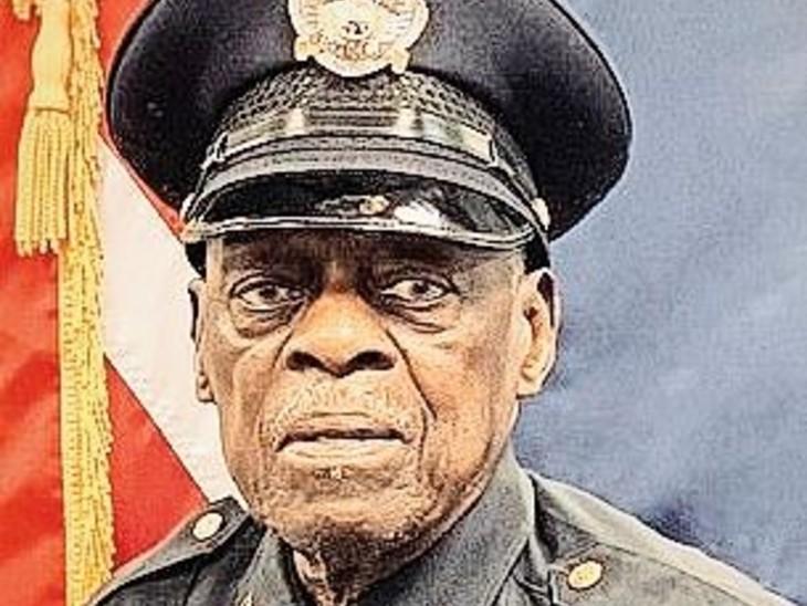 पुलिस ऑफिसर का रिटायरमेंट का इरादा नहीं:अरकंसास के 91 वर्षीय बकशॉट स्मिथ ने 2011 में रिटायमेंट के पांच महीने बाद दोबारा शुरू की नौकरी, हफ्ते में चार दिन करते हैं काम