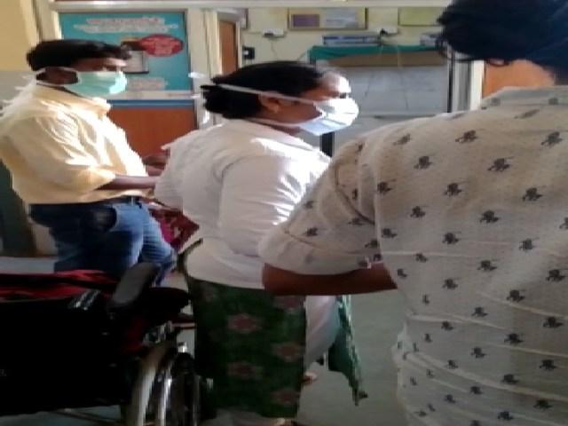 पीएचसी प्रभारी डॉ. प्रकाश नाराम भी दोनों को समझाने पहुंचे।  फिर भी लड़ाई जारी रही।