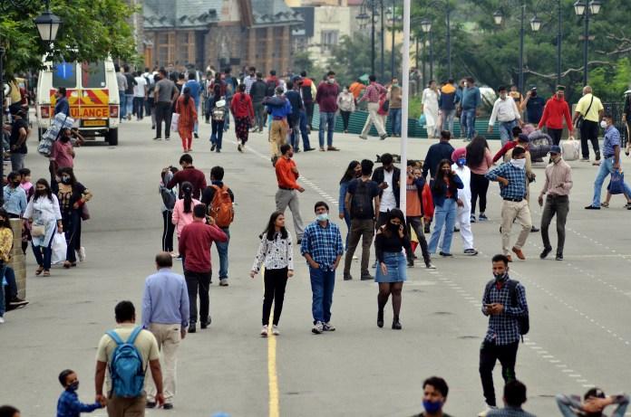 गुरुवार को शिमला की फेमस रिज रोड पर टहलते लोग।