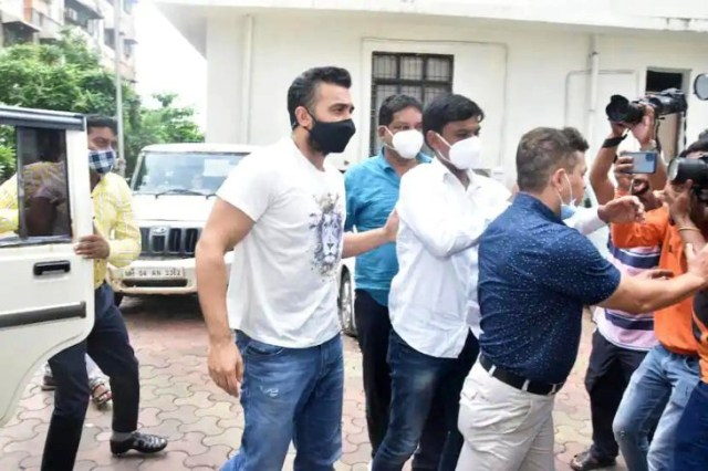 Media persons gathered to cover Raj Kundra.  The police had to remove them.