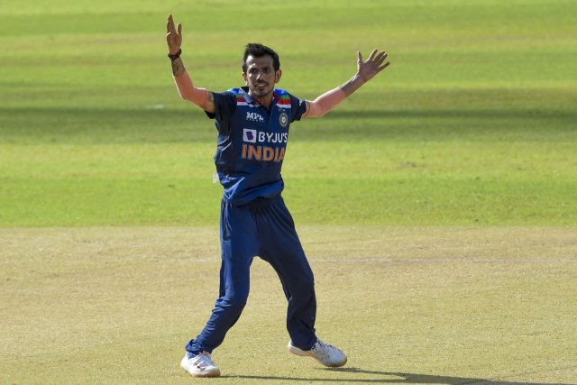 Yuzvendra Chahal gave the Sri Lankan team two blows in two consecutive balls in the 14th over.  He got Minod caught by Manish Pandey on the second ball of the 14th over.  After this, on the third ball, Bhanuka Rajapaksa (0) was caught by wicketkeeper Ishan Kishan.