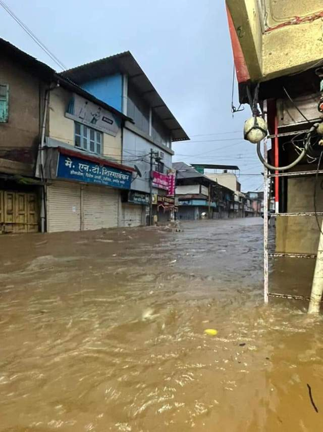The water was flowing with a strong torrent in the streets of the cities.