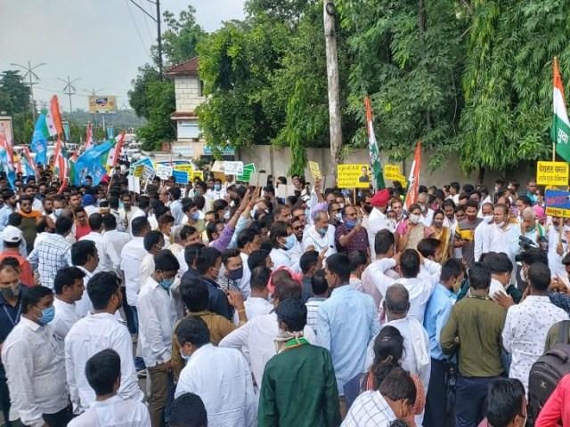 विरोध के चलते साक्षरता चौक से गांधी ऐवान चौक तक का पूरा रास्ता करीब डेढ़ घंटे तक बंद रहा.  रात के इस समय ट्रैफिक हल्का था।