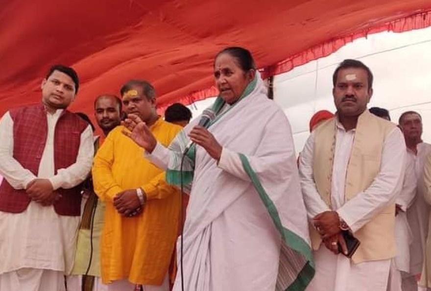 माध्यमिक शिक्षा राज्य मंत्री गुलाब देवी के साथ मंच पर शातिर ठग विष्णु बाबू दिवाकर