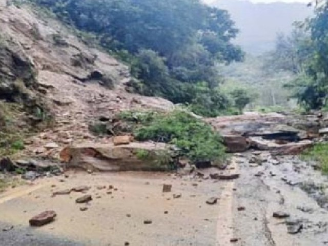 Landslides are taking place in Himachal Pradesh due to rain, due to which many roads have been closed.