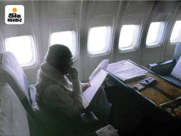 भारत के 9वें प्रधानमंत्री पीवी नरसिम्हा राव की विमान यात्रा की तस्वीरें।  मोबाइल फोन देख रहे हैं।  वे १९९१ से १९९६ तक देश के प्रधानमत्री यौवन।