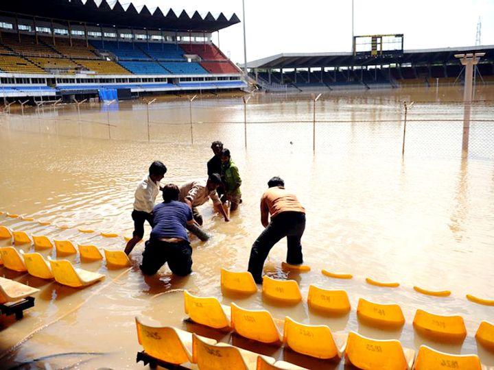 આ તસવીર 9 ઓગસ્ટ 2010ની છે. ઇન્ડિયા-ન્યૂઝીલેન્ડની મેચમાં 2 દિવસ ભારે વરસાદ બાદ સ્ટેડિયમની પરિસ્થિતિ કંઈક આવી હતી. નવા સ્ટેડિયમમાં ગમે તેટલો વરસાદ ભલેને પડે ગ્રાઉન્ડ 30 મિનિટમાં કોરું થઇ જશે.
