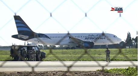 Malta, aereo dirottato con 118 persone a bordo: