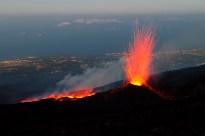 L'eruzione vulcanica illumina i paesi etnei al tramonto del 16 luglio 2014.