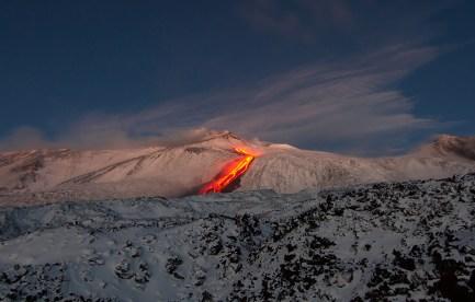 La colata di lava in discesa verso la Valle del Bove durante l'alba del 26 gennaio 2014.