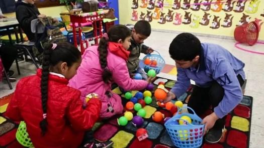 Luokassa lapset leikkivät palloilla. Al Hroub käyttää paljon leluja ja pelivälineitä opetuksen tukena.