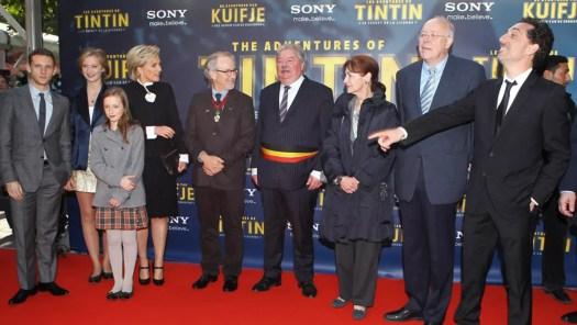 Tintti-elokuvan työryhmää ja Belgian kuninkaallisia sekä poliitikkoja ensi-illassa.