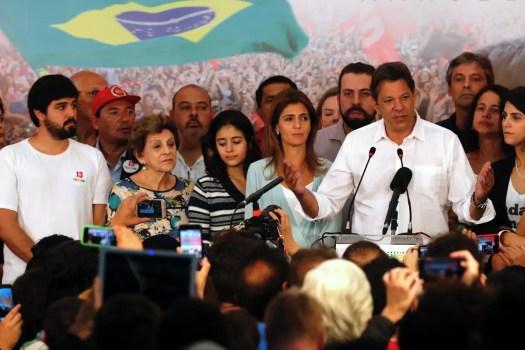 Äärioikeistolainen Fernando Haddad puhuu vaalivalvojaisissa Sao Paulossa.