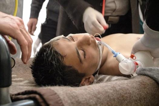 Syyrialainen uhri väitetyn kemiallisen iskun jälkeen Saraqibin kenttäsairaalassa 4. huhtikuuta.