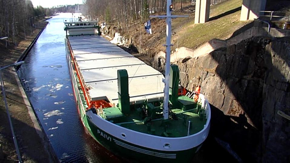 Rahtilaiva Saimaan kanavassa