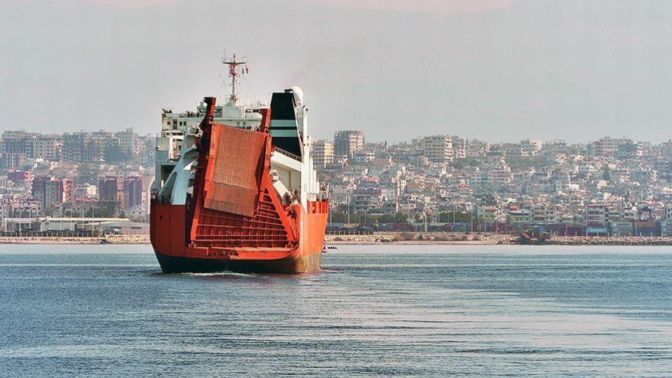 Norjan puolustusvoimien kuva rahtialus Taikosta lähestymässä syyrialaisen Latakian kaupungin satamaa.