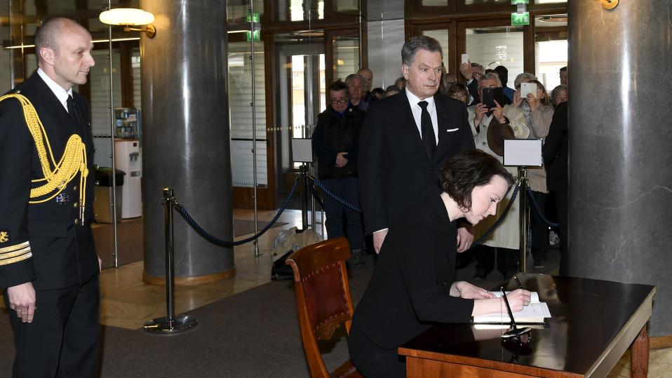 Rouva Jenni Haukio kirjoitti presidentti Mauno Koiviston surukirjaan Presidentinlinnassa 16. toukokuuta.