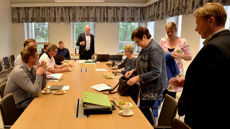 Parikkalan kunnanhallitus aloittamassa kokoustaan.
