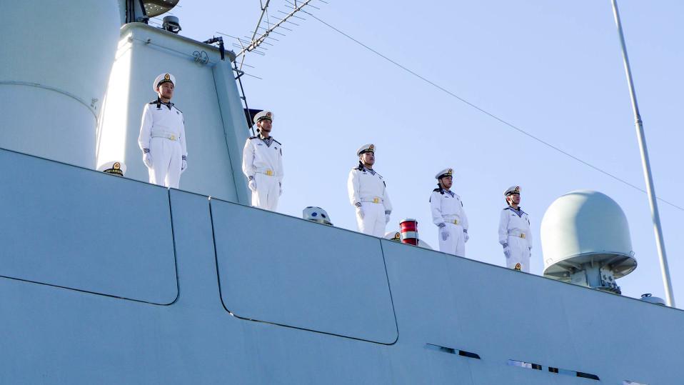 Viisi sotilasta asennossa laivan kannella