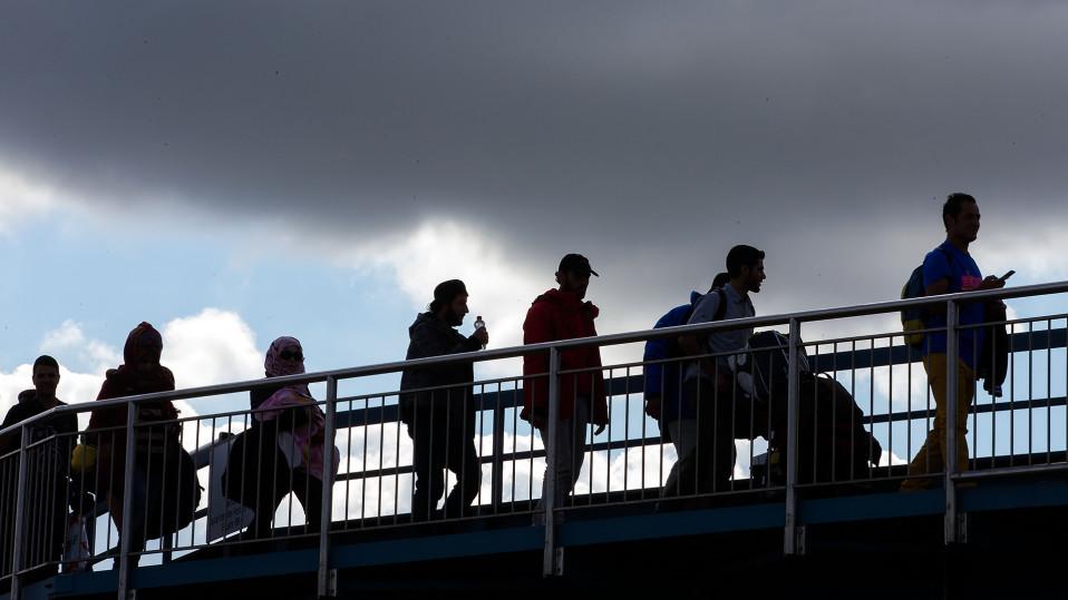Pakolaisia jonottamassa satamassa Ruotsissa.