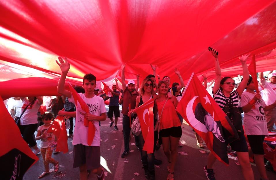 Oikeusmarssin osallistujat kuljettavat yllään Turkin lippua.