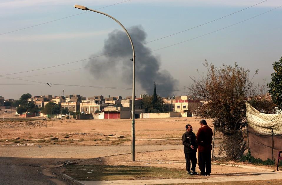 Kaupungin yllä leijuu paksu savupilvi. Irakin joukot ja Isis taistelevat Itä-Mosulissa 27. marraskuuta 2016.