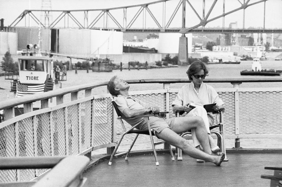 Presidentti Jimmy Carter ja hänen vaimonsa Rosalynn Carter rentoutuvat jokilaivalla Dubuquessa.