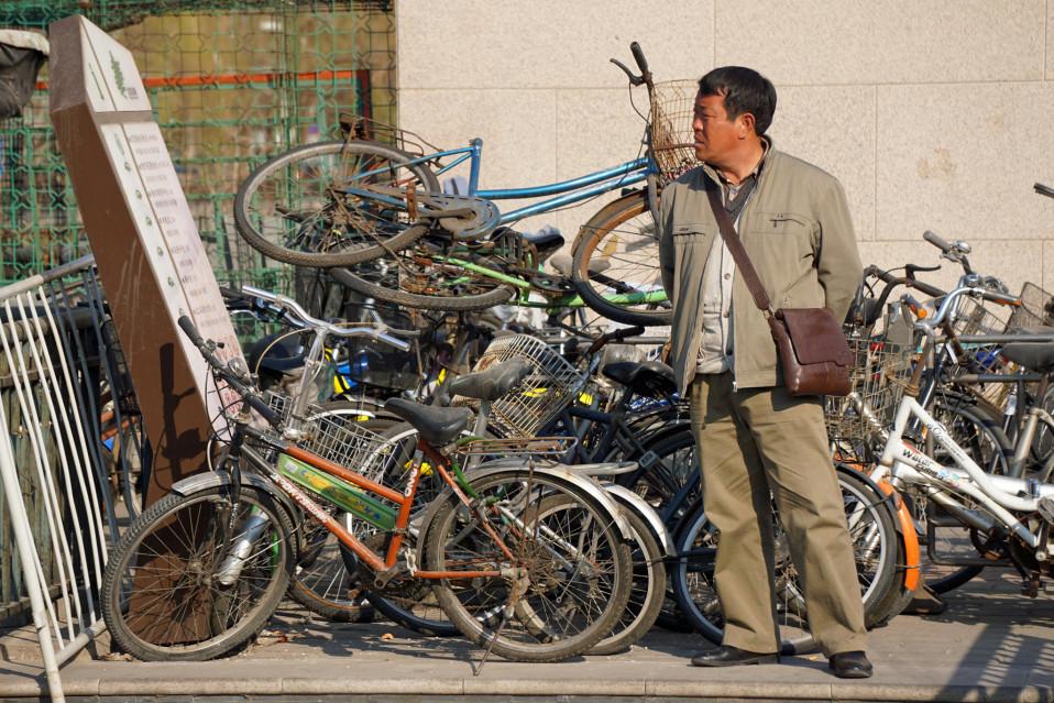 Kasa vanhoja polkupyöriä Yonghegongin metroaseman kupeessa