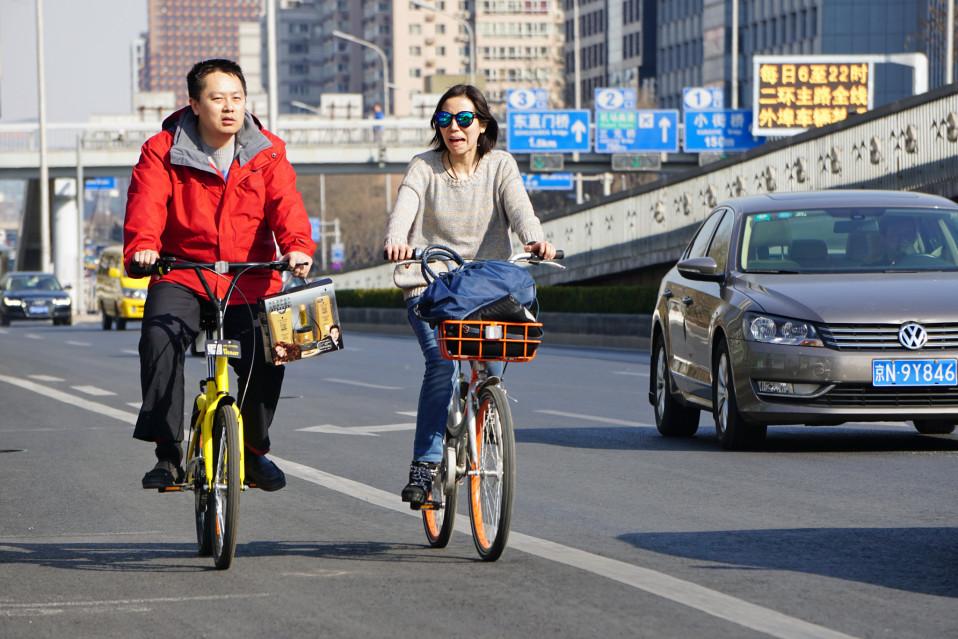 Kiinan vuokrapyörien markkinajohtajat. Vasemmalla ajetaan Ofo-pyörällä, oikealla Mobike-pyörällä