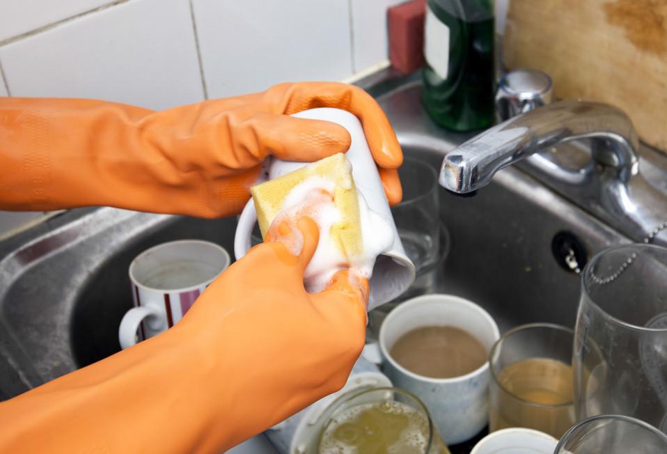 henkilö tiskaa pesusienellä